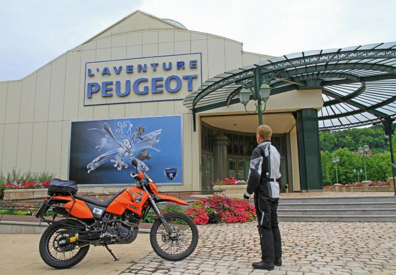 Vor den Pforten des Peugeot-Museums.
