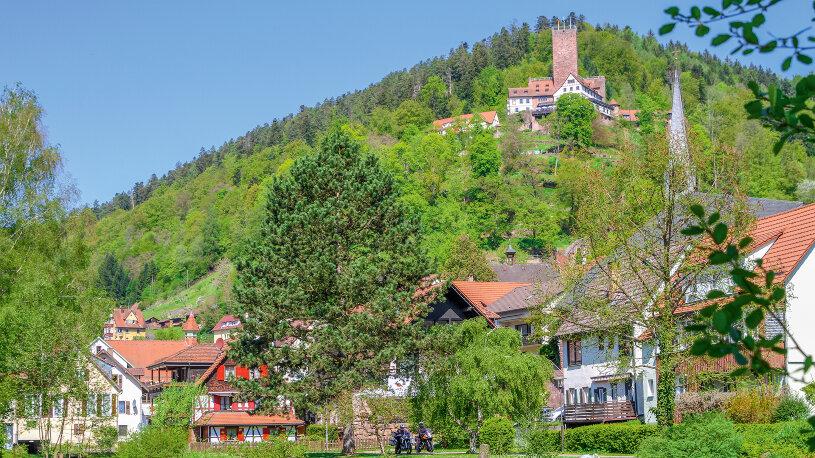 Der mächtige Turm von Burg Liebenzell überragt den Kurort.
