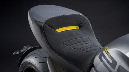 Zwischen mattem Schwarz und glänzendem Grau setzt Gelb sportliche Akzente.