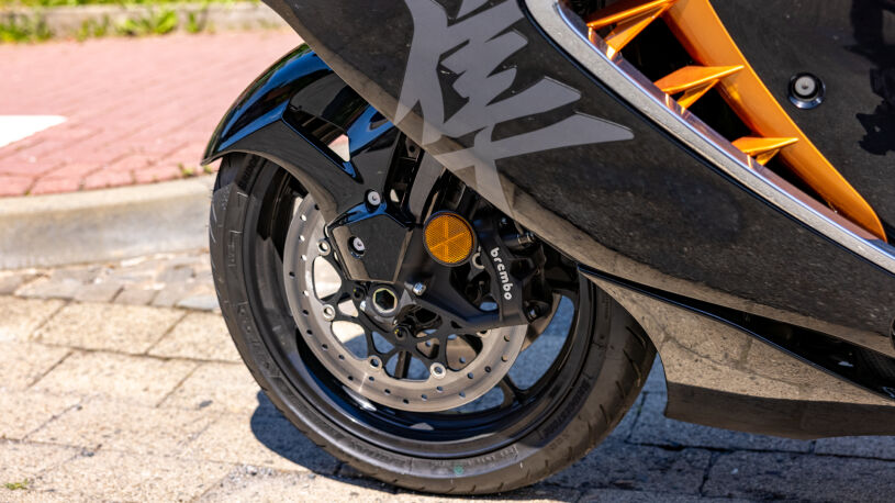 320-mm-Bremsscheiben und Brembo-Stylema-Sättel verzögern selbst aus 295 km/h Topspeed zuverlässig.