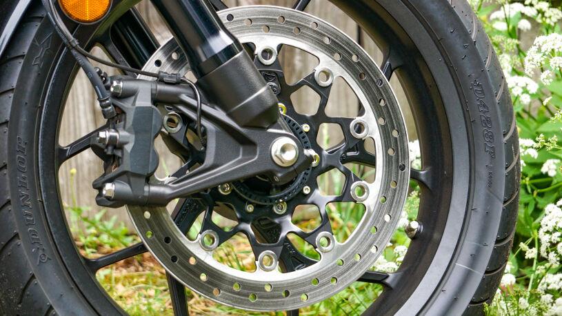 Muss reichen: Einscheiben-Bremsanlage vorn mit 330-mm-Scheibe und radial befestigten Vierkolbenbremszangen.