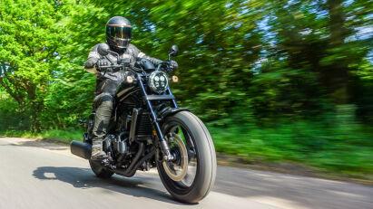 Bobber-Style: Das 18-Zoll-Vorderrad rollt auf 130/70-B-Reifen.