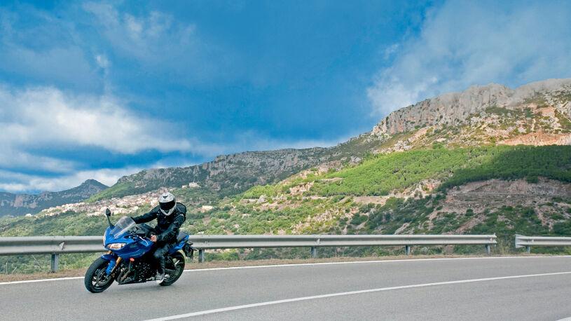 Vom Rocce Rosse kurvt man in weiten Schwüngen am Pedra Longa vorbei nach Baunei.